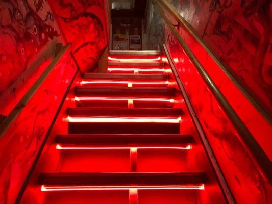 赤いライトの階段