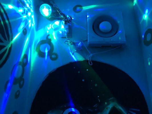 七色に光るライトのトイレ