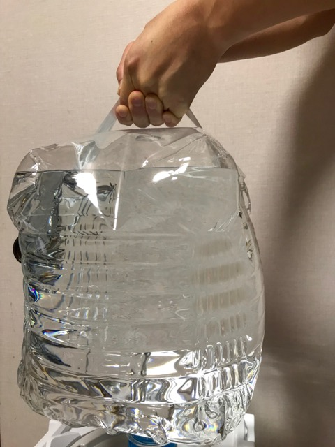 お水の重さは12キロ!お水に取っ手がついてるので持ちやすい