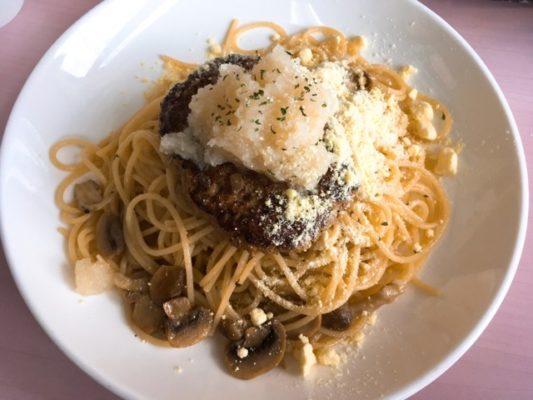 粉チーズを乗せたスパゲティ