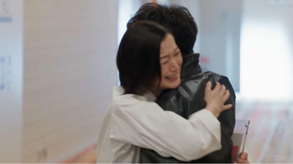 抱擁する倫子シェフと尾花