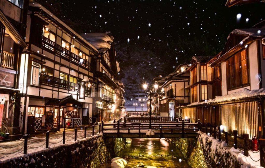 夜の銀山温泉街景色