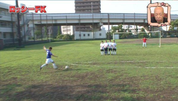 ロッシーがサッカーボールを蹴る